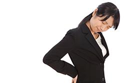 腰痛に悩む女性